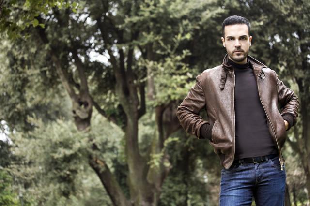 Edoardo Alaimo giacca di pelle outfit streetstyle Villa Borghese6