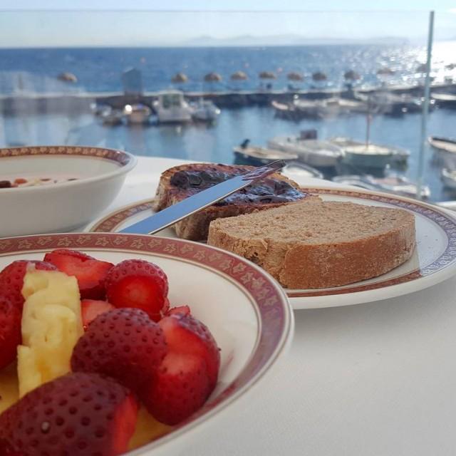 Il canto del mare il sole e una leggera colazionehellip