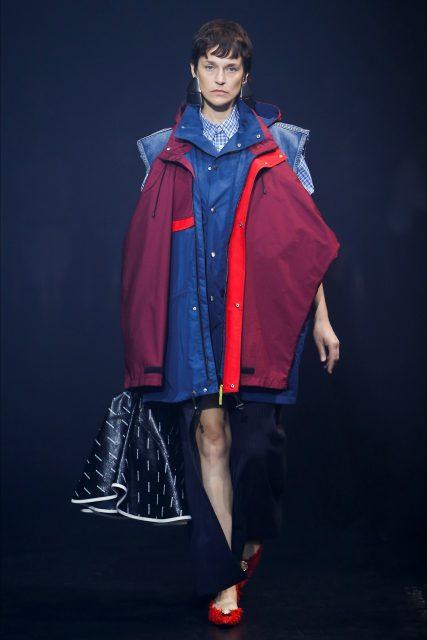 La Paris Fashion Week P/E 2018 Balenciaga abbinamento blu rosso