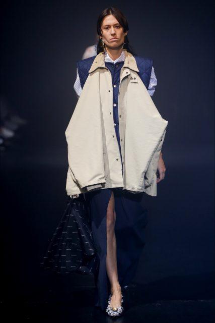 La Paris Fashion Week PE 2018 Balenciaga trench beige
