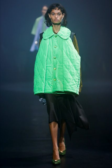 La Paris Fashion Week PE 2018 Balenciaga piumino verde