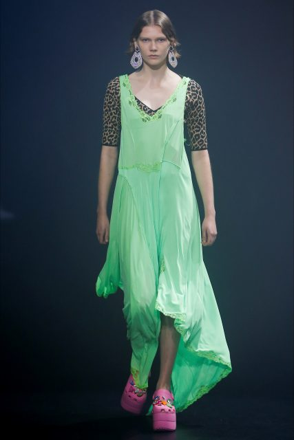 La Paris Fashion Week PE 2018 Balenciaga abito verde