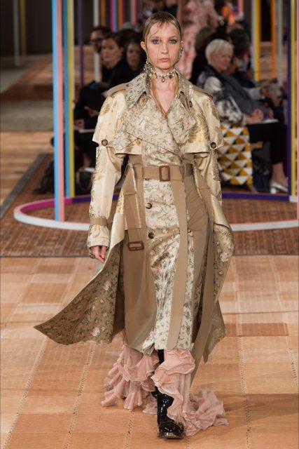 Paris Fashion Week PE 2018 Alexander McQueen abito oro