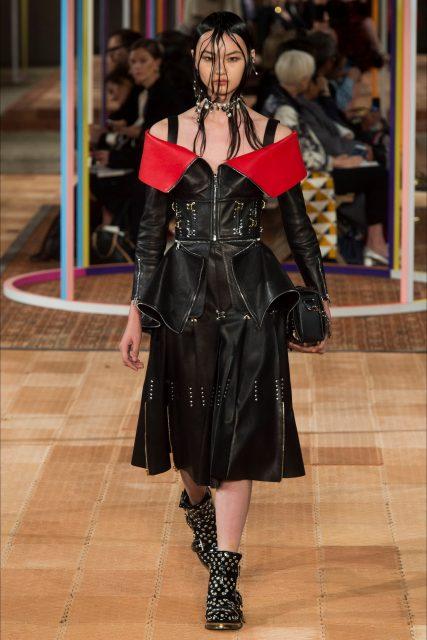 Paris Fashion Week PE 2018 Alexander McQueen abito pelle nera