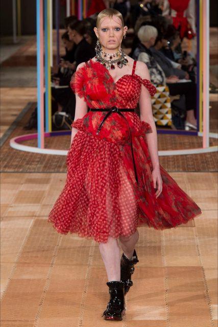 Paris Fashion Week PE 2018 Alexander McQueenabito rosso polpaccio