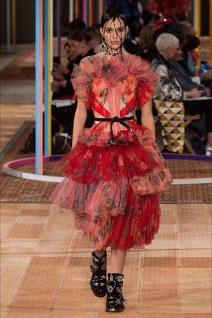 Paris Fashion Week PE 2018 Alexander McQueen abito rosso balze