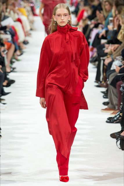La Paris Fashion Week P/E 2018 Valentino abito rosso